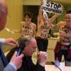 """Feministas de Femen arrojan agua bendita al presidente de la Conferencia Episcopal belga, un acto que, según las leyes españolas, sería considerado de """"agresión"""" y no un delito de odio."""