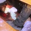 Un niño en pañales yace bajo el banco de una iglesia tras ser asesinado por islamistas.