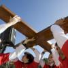 Jóvenes españoles portando una cruz.