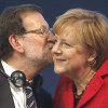 Rajoy besa a Merkel.