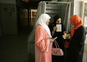 Musulmanas votando