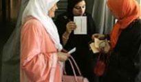 Unas musulmanas votan en un colegio de Badalona en las elecciones catalanas de 2006.