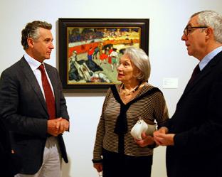 El consejero andaluz de Cultura, Paulino Plata (a la izquierda), junto a la nuera de Picasso.