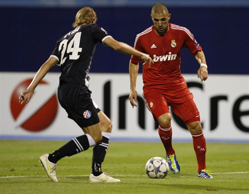 Benzema encara a un rival