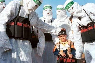 """Miembros de la """"religión verdadera"""" enseñando valores pacifistas a un niño."""