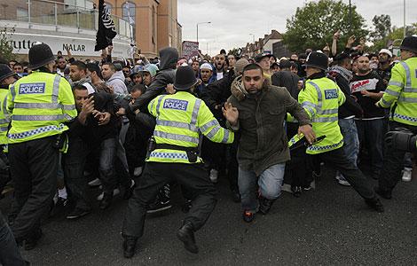 La Policía británica trata de contener a una turba de enfurecidos islámicos que protestaban en las calles de Londres.
