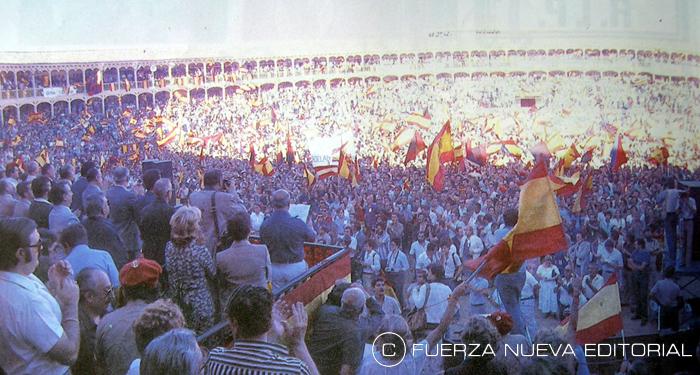 Miles de personas congregadas en la plaza de toros de Las Ventas para escuchar a Blas Piñar, líder de Fuerza Nueva en 1979, año de la imagen.