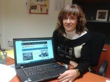 Nieves Ciprés muestra la portada de AD en su ordenador.