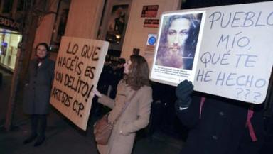 Imagen de la concentración pacífica de AES contra la exposición blasfema.