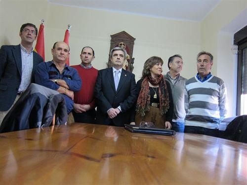 Javier Echarri, en el centro, junto a Nieves Ciprés y todo su equipo municipal.