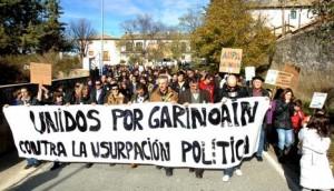 Vecinos de Garinoain se manifiestan contra DNE por las calles del pueblo.