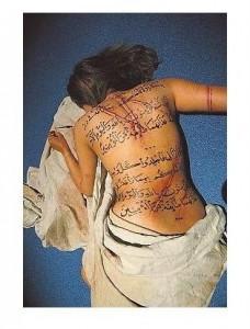 Un musulmán residente en Francia hizo grabar versículos del Corán en la espalda de su hija por tener amigas occidentales.