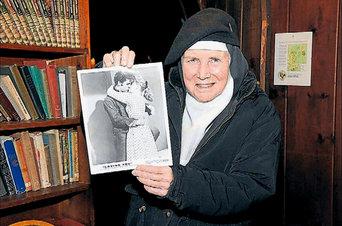 Dolores Hart muestra en su abadía una foto que recoge el beso con Elvis Presley.