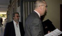 De Pablo, abogado de Guerrero (izquierda), ayer en los Juzgados de Sevilla