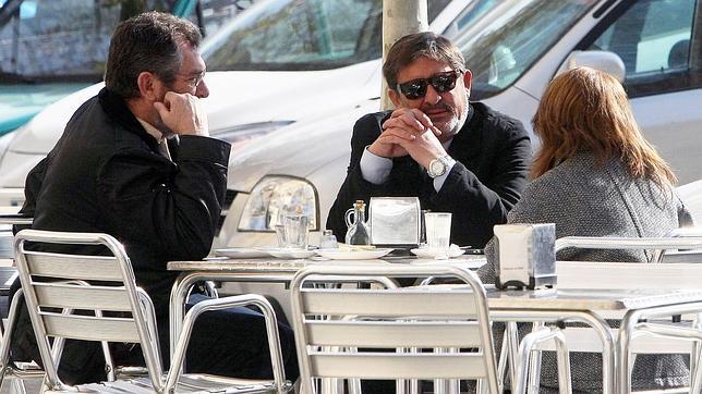 Francisco Javier Guerrero y Antonio Rivas, ambos exaltos cargos imputados, ayer tomando café.