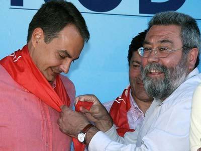 Méndez le pone un pañuelo rojo a Zapatero.