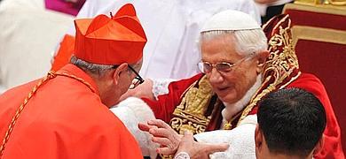 Santos Abril y Castelló (i.) recibe su birreta de manos del Papa.