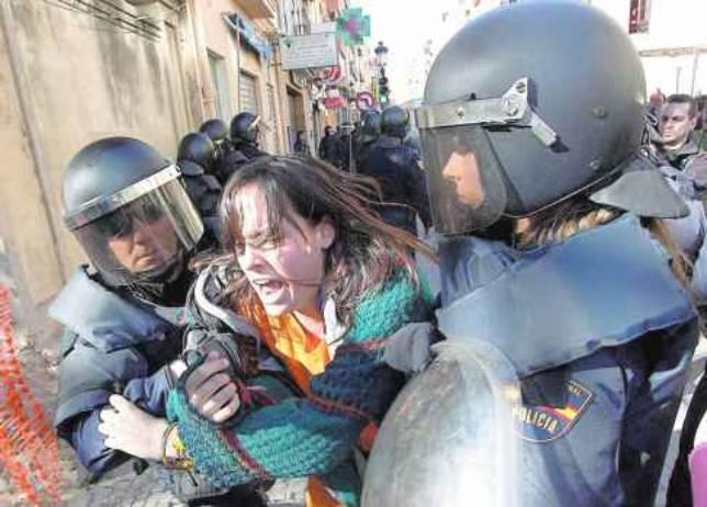 Una radical es detenida tras agredir a un policía.