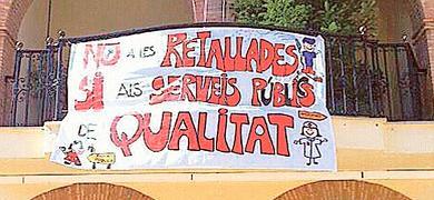 El cartel con la protesta en la fachada del Ayuntamiento.