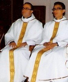 Los sacerdotes colombianos Richard Armando Píffano Laguado (i) y Rafael Reátiga Rojas (d), que murieron tiroteados hace un año en Bogotá.