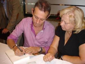 Anglada firma un autógrafo a una vecina.