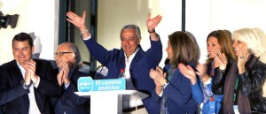 El candidato a Presidente de la Junta de Andalucía por el PP, Javier Arenas (c), saluda a los simpatizantes que han acudido esta noche a la sede de los populares en Sevilla