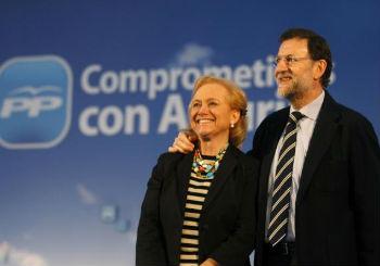 El presidente del Gobierno, Mariano Rajoy, junto a la candidata popular, Mercedes Fernández.