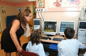 Blanca Alcántara, durante su visita a un aula hospitalaria.