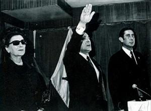 Blas Piñar, entre la viuda de Carrero Blanco y el ex ministro de Educación, Julio Rodríguez.