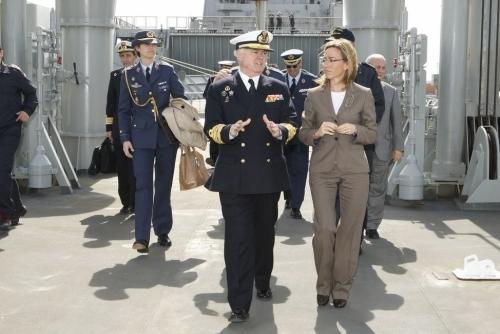 Una oficial del Ejército, en segundo término, lleva el bolso y el abrigo de la exministra de Defensa, la catalanista Carmen Chacón.