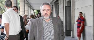 El ex alcalde de Burguillos, José Juan López, se dirige a los juzgados para comparecer ante el juez