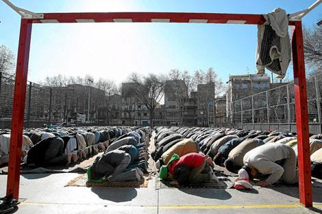 Rezo de musulmanes en la plaza Camarón de la Isla de Badalona.