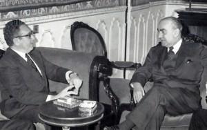 El ex secretario de Estado norteamericano Henry Kissinger conversa con Carrero Blanco un día antes de su asesinato a escasos metros de la embajada de EEUU en Madrid.