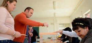 Vecinos de Guadiana del Caudillo votando ayer a mediodía en las urnas habilitadas en el colegio público.