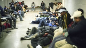 Inmigrantes ilegales en un centro de acogida.