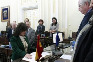La mujer del presidente Imbroda prometiendo su cargo como diputada autonómica en Melilla.