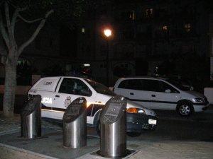 Un coche patrulla, frente al edificio donde ocurrieron los hechos.