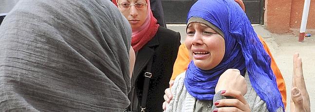 La activista Samira Ibrahim llora al conocer la absolución del médico.