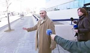 El imán de Tarrasa, a las puertas de la comisaría.
