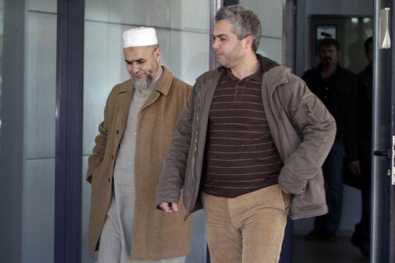 Abdeslam Laarusi (en la imagen con el típico fez moruno), el imán marroquí que dirige la mezquita de Tarrasa