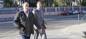 El ex director general de Trabajo de la Junta de Andalucía, Juan Márquez (i), acompañado por su abogado.
