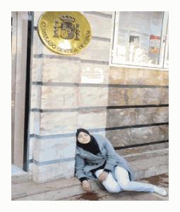 Imagen de la marroquí tendida en las puertas del Consulado de España en Nador.