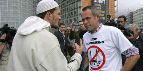 Un musulmán se encara con un manifestante danés contra la construcción de mezquitas en territorio europeo.