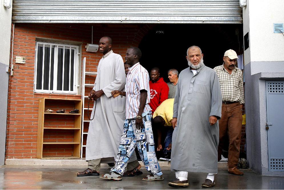 Musulmanes salen de un oratorio en la provincia de Barcelona.