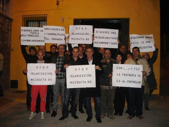 Junto a varios vecinos, Anglada y Hernando, en el centro de la imagen, exteriorizaron su rechazo a la mezquita ilegal de Sant Vicenç de Castellet.
