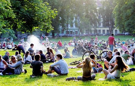 Jovenes suecos en un parque de la capital Estocolmo.