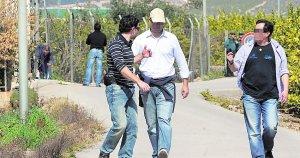 Policía judicial rastreando el lugar del crimen, Los Cobos.