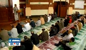 Musulmanes rezando dentro de un templo católico.