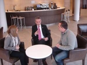 Josep Anglada, sentado junto a Robert Hernando y Marta Riera.