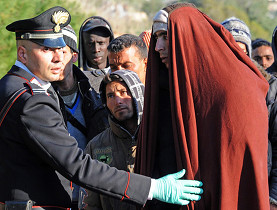 En Lampedusa, migrantes tunecinos aguardan para entrar al campo de refugiados.
